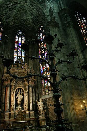 Candelabro Trivulzio di fronte alla cappella della Madonna dell'Albero.